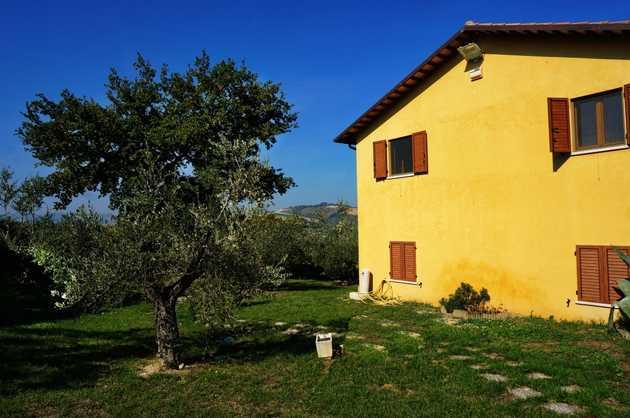 Nuova casa di campagna tra le dolci colline di offida for Avvolgere completamente intorno case di log portico