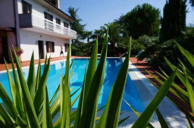Casa con piscina a castignano ap for Avvolgere completamente intorno case di log portico