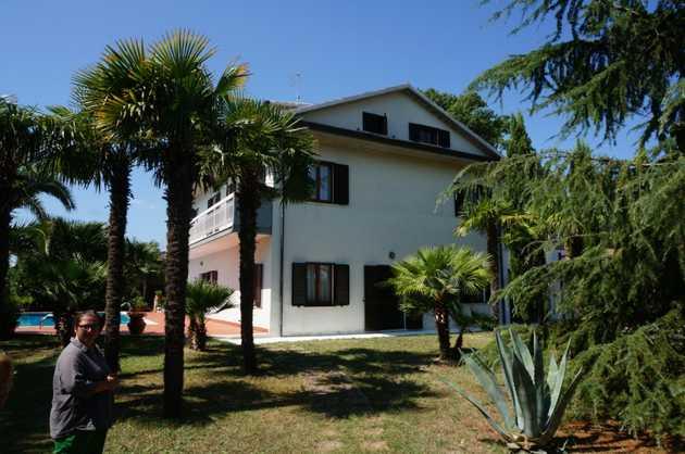 Villa con giardino for Avvolgere completamente intorno case di log portico